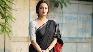 Dia Mirza posing in saree
